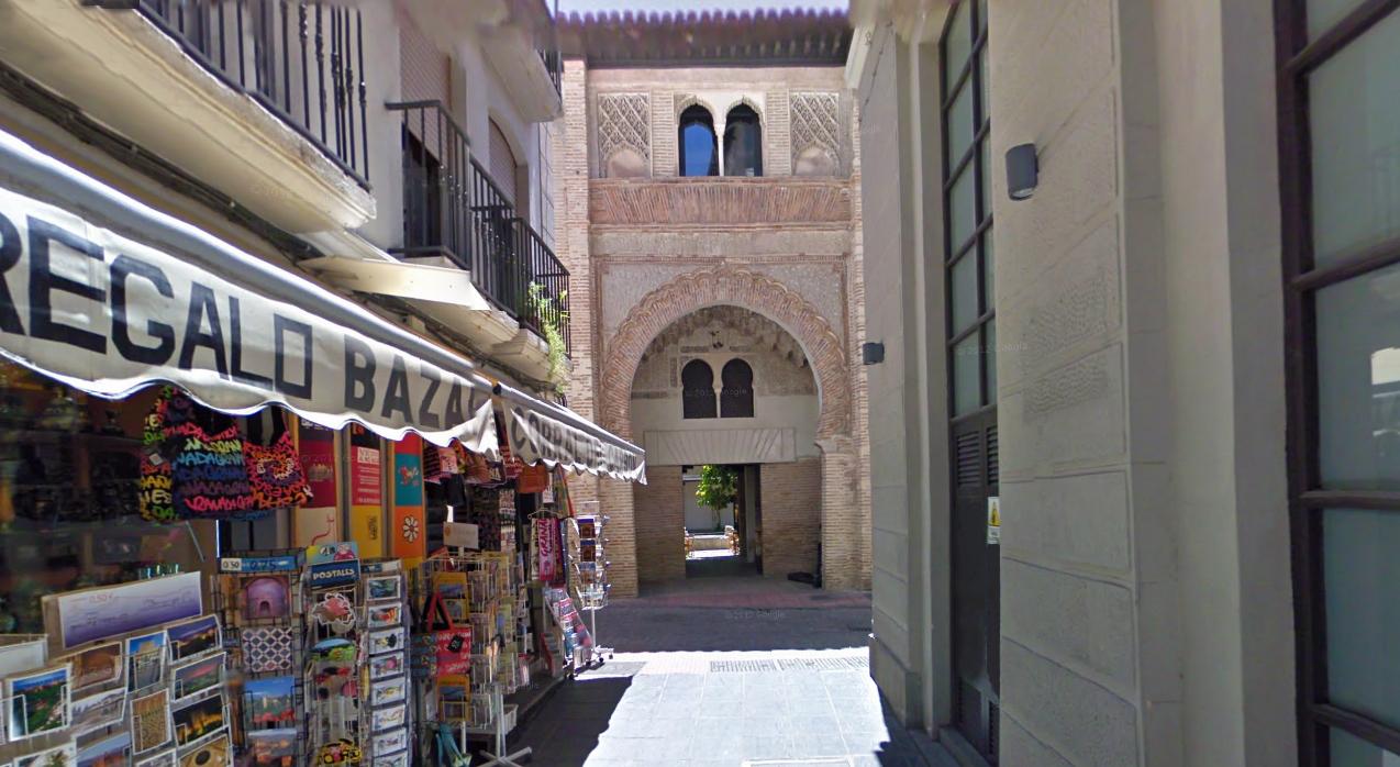 """""""Ruta: Visitas alrededor de la Catedral de Granada / Entrada principal Corral del Carbón"""""""