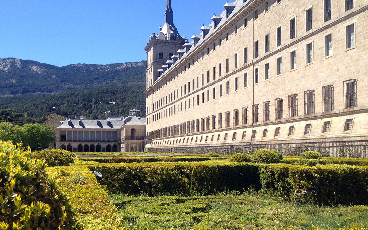 san lorenzo del escorial San lorenzo de el escorial, also known as el escorial de arriba is a town and municipality in the community of madrid, spain, located to the northwest of the region in the southeastern side of the sierra de guadarrama, at the foot of mount abantos and las machotas , 47 kilometres (29 mi) from madrid it is head of the same name judicial party.