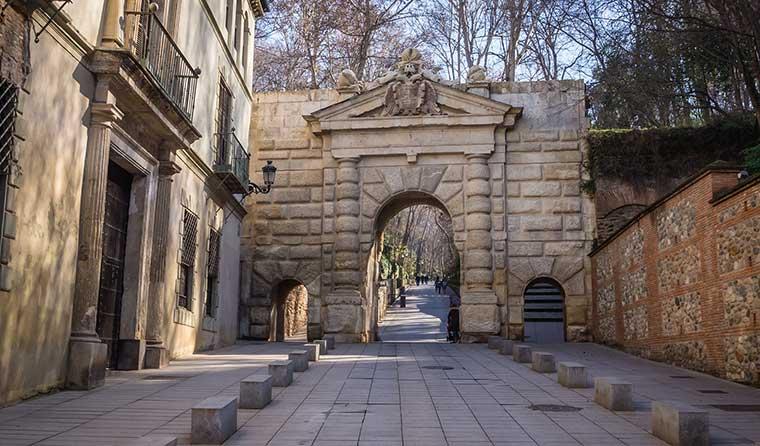 Acceso a la Alhambra de Granada por la puerta de Granadas