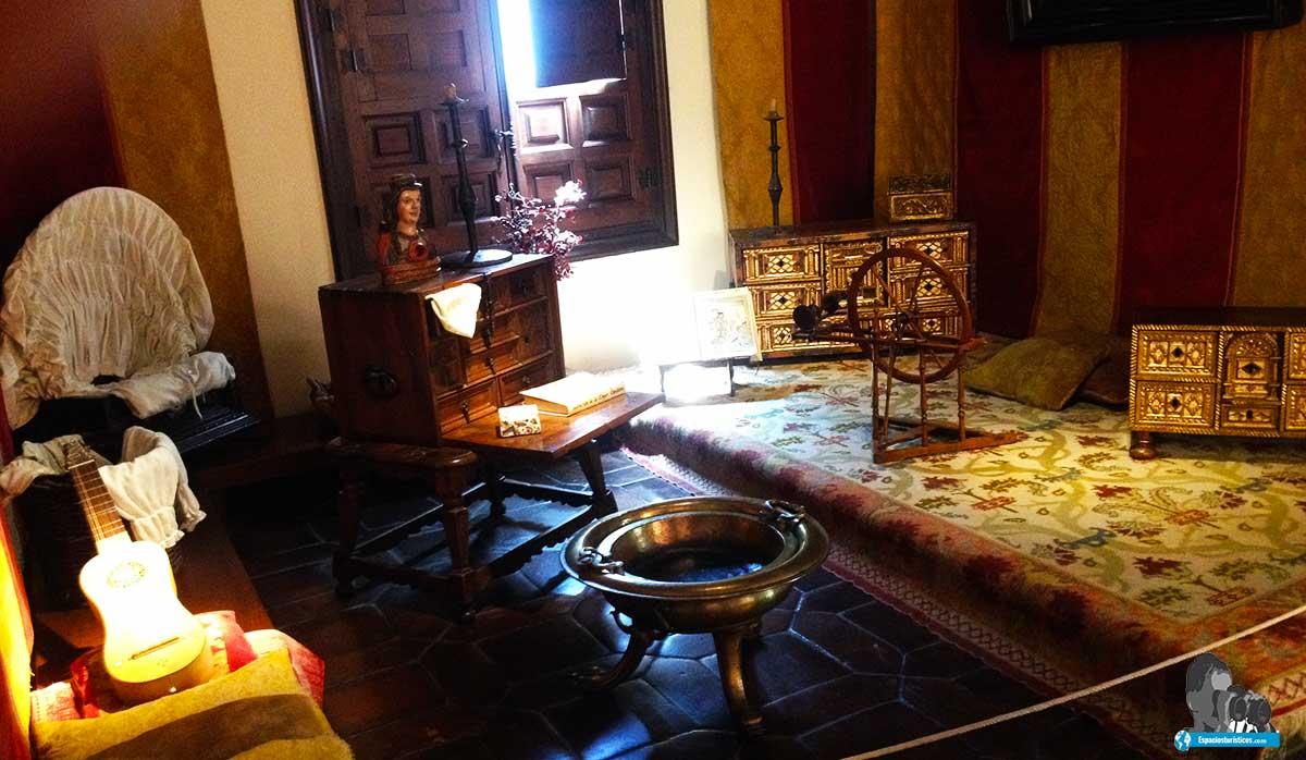 Ruta: Que ver en el museo casa natal de Cervantes / Estrado de las Damas.