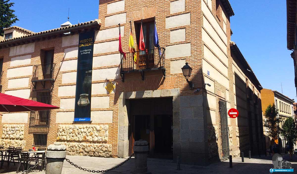 Fachada de acceso al museo Casa de San Isidro.
