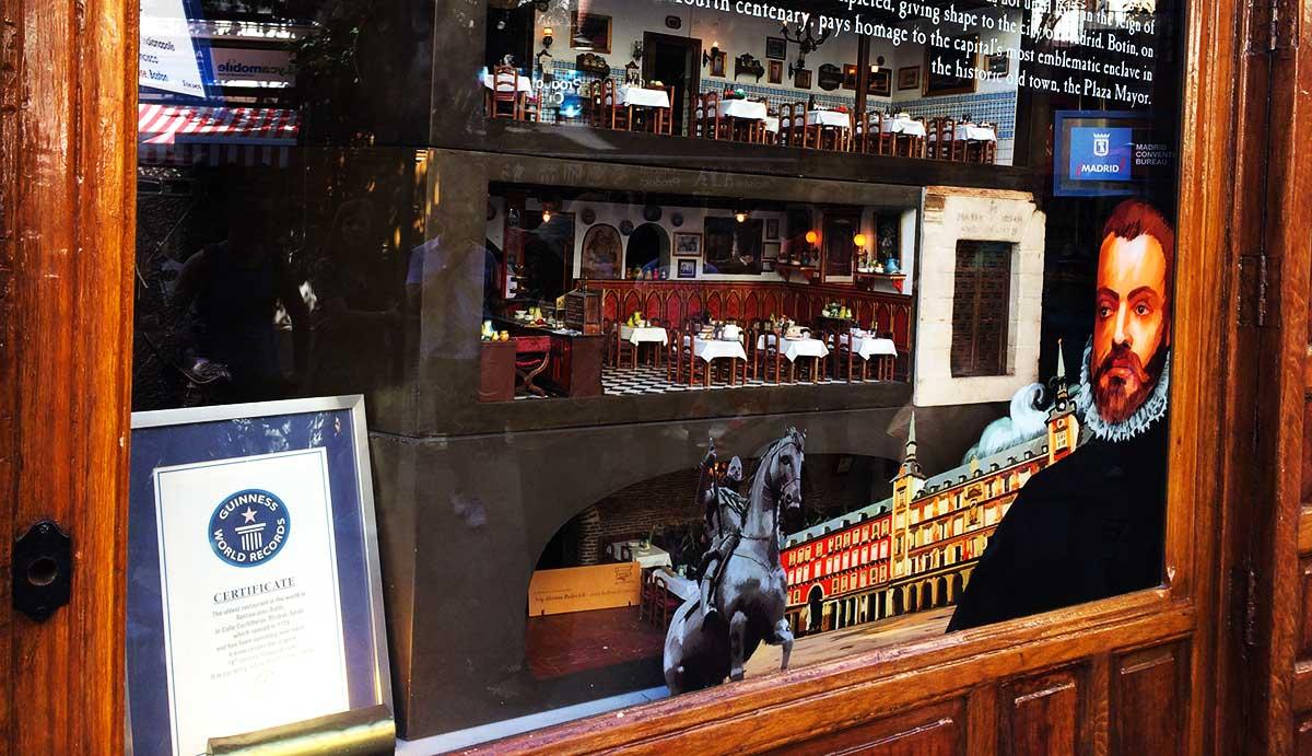 Ruta :Que ver en el barrio de los Austrias. / Escaparate del restaurante con el diploma del premio Guines.