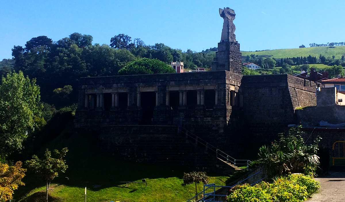"""""""Ruta: Que ver en Getaria. / Parte trasera de acceso a la antigua villa del monumento Juan Sebastián Elcano."""""""