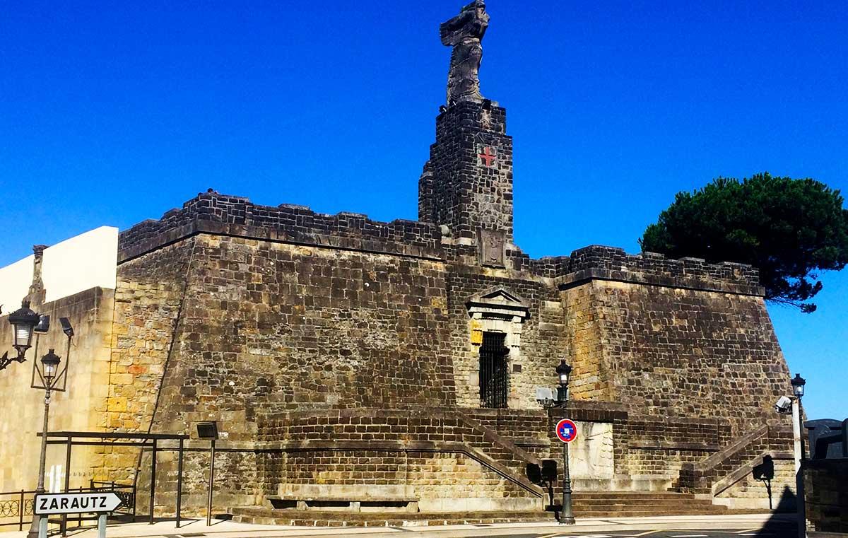"""""""Ruta: Que ver en Getaria. / Puerta principal de acceso al Monumento de Juan Sebastián Elcano"""""""