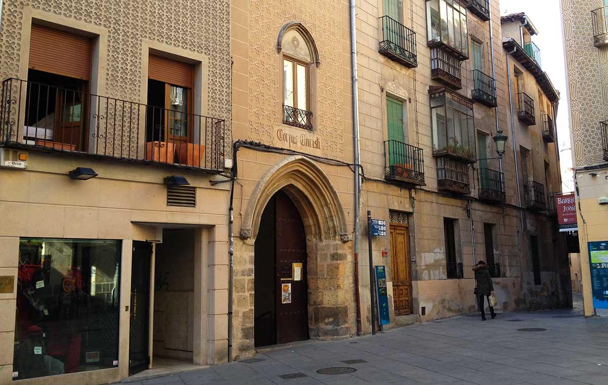 """""""Ruta: Casco antiguo de Segovia. / Fachada exterior de la iglesia del Corpus Christi."""""""