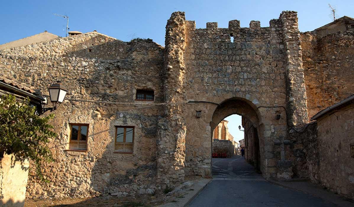 Arco de entrada a la villa de Maderuelo.