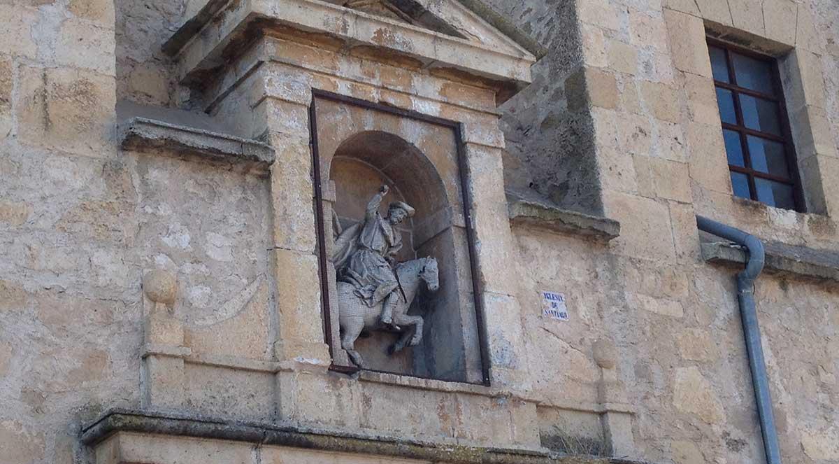 Escultura de Santiago Matamoros encima de la puerta principal de la Iglesia de Santiago de Turégano.