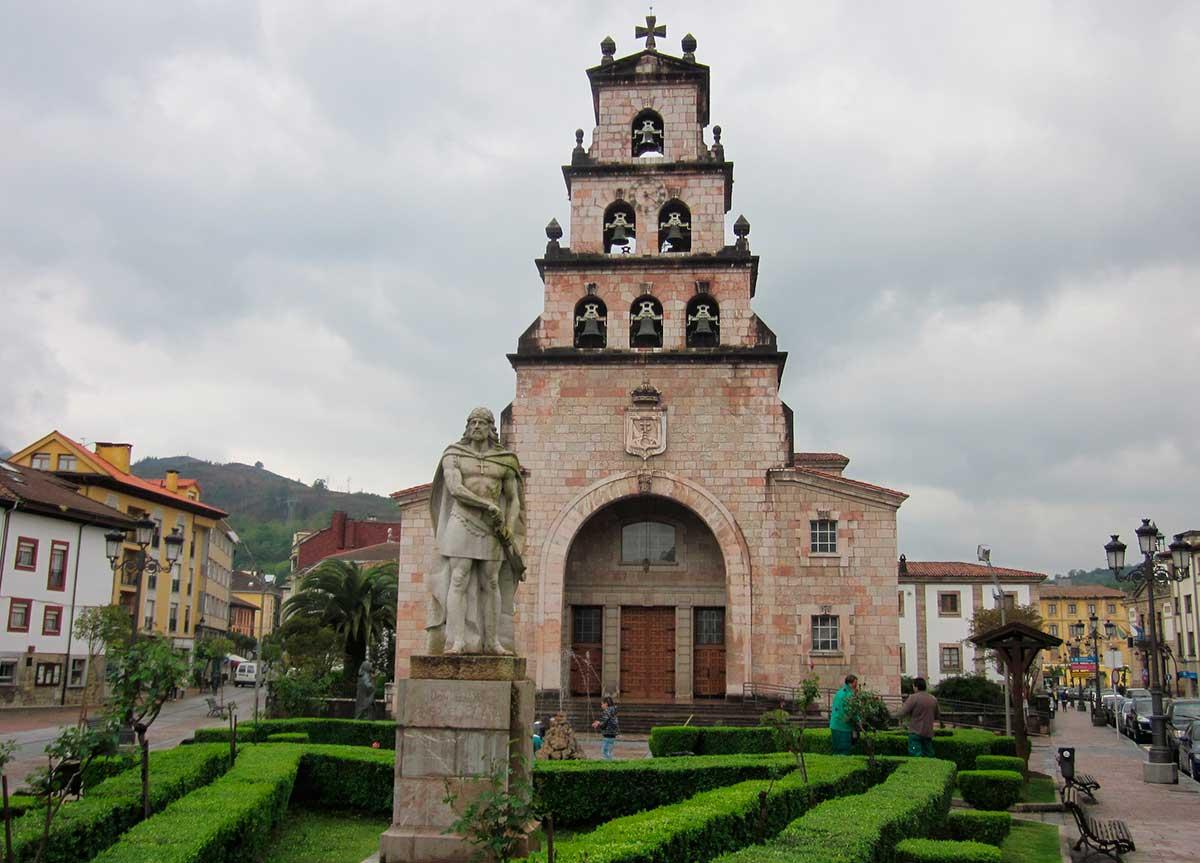 Ruta: Que ver en Cangas de Onís. / Iglesia.
