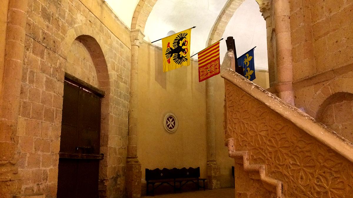 """""""Banderas de las circunscripciones de la orden en el piso bajo. / Iglesia Vera Cruz de Segovia"""""""