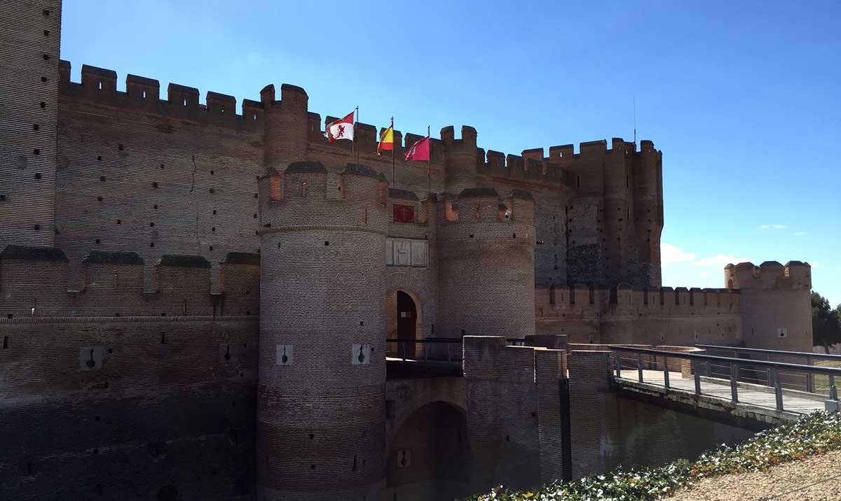 Puerta principal de acceso al Castillo de la Mota.