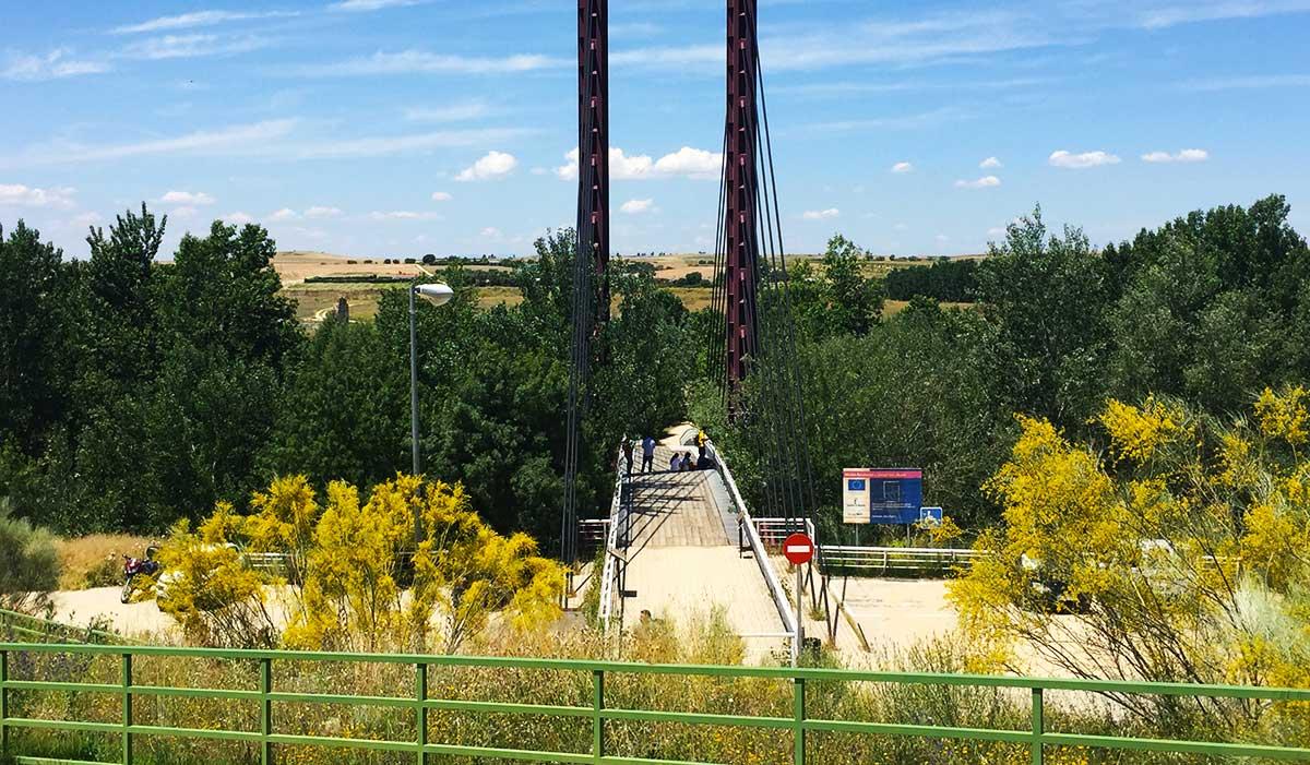 Puente de acceso al Parque Arqueológico de Carranque cruzando el río Guadarrama