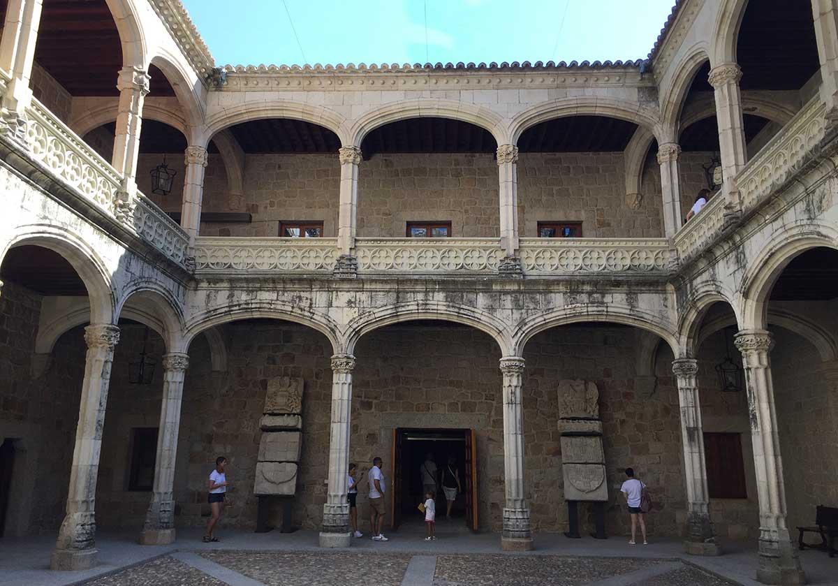 patio de armas del castillo de Manzanares el real