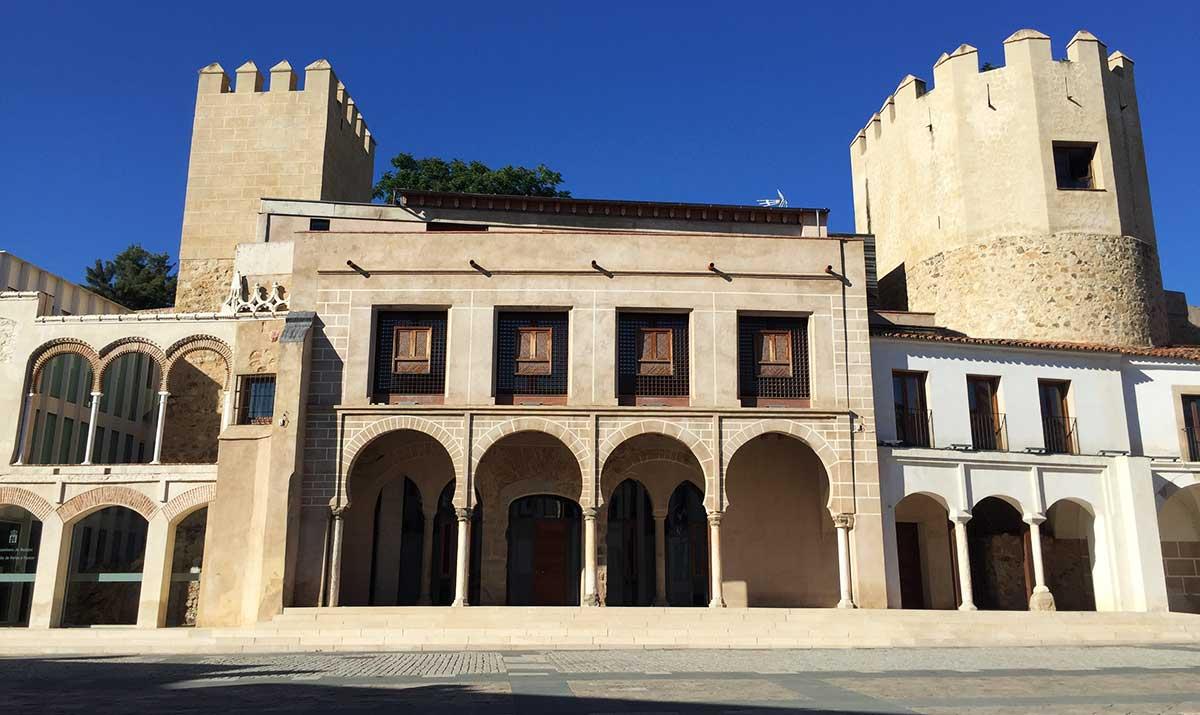 Fachada principal del antiguo ayuntamiento de Badajoz