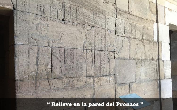 relieve en la pared de la nave del Pronaos del Templo de Debod