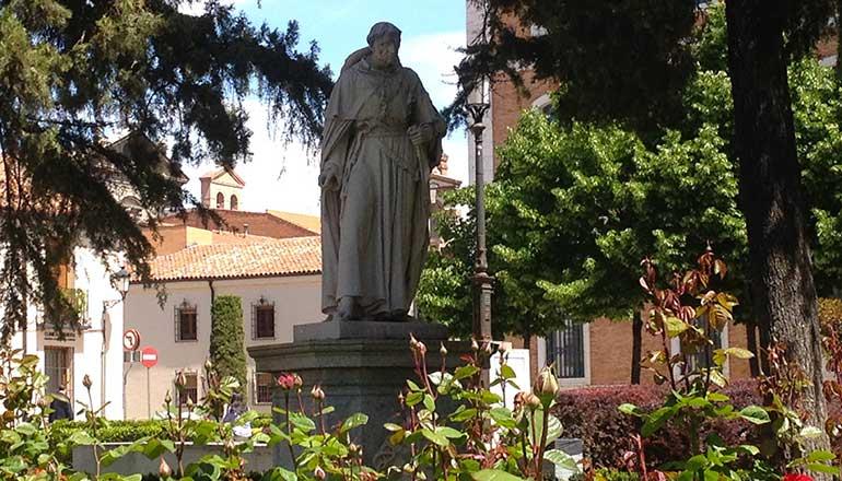 Estatua del Cardenal Cisneros frente a la fachada del Colegio Mayor de San Ildefonso