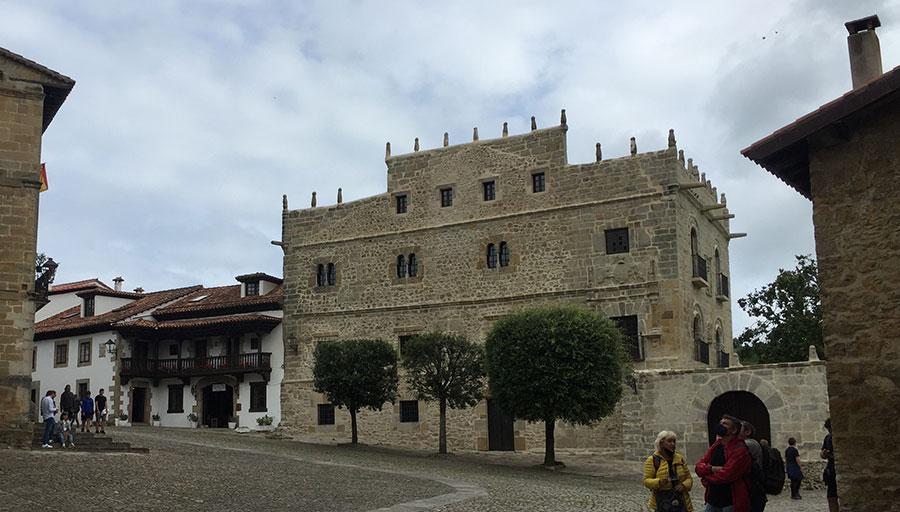 Fachada del palacio de Velarde