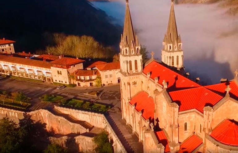 Panorámica aérea del complejo monumental de Covadonga