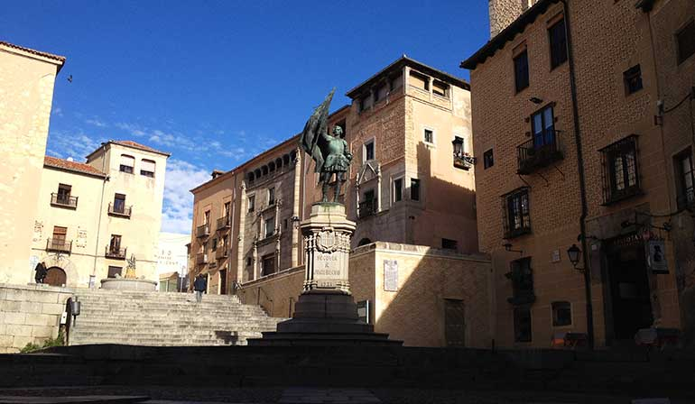 Plaza de Medina del Campo con la estatua del comunero Juan Padilla