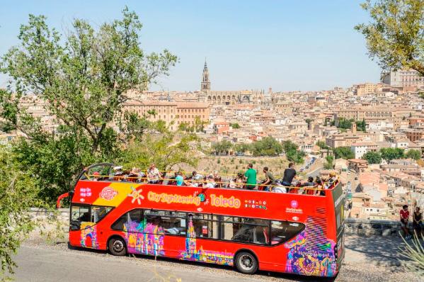 Toledo: autobús turístico, tour a pie y alcázar