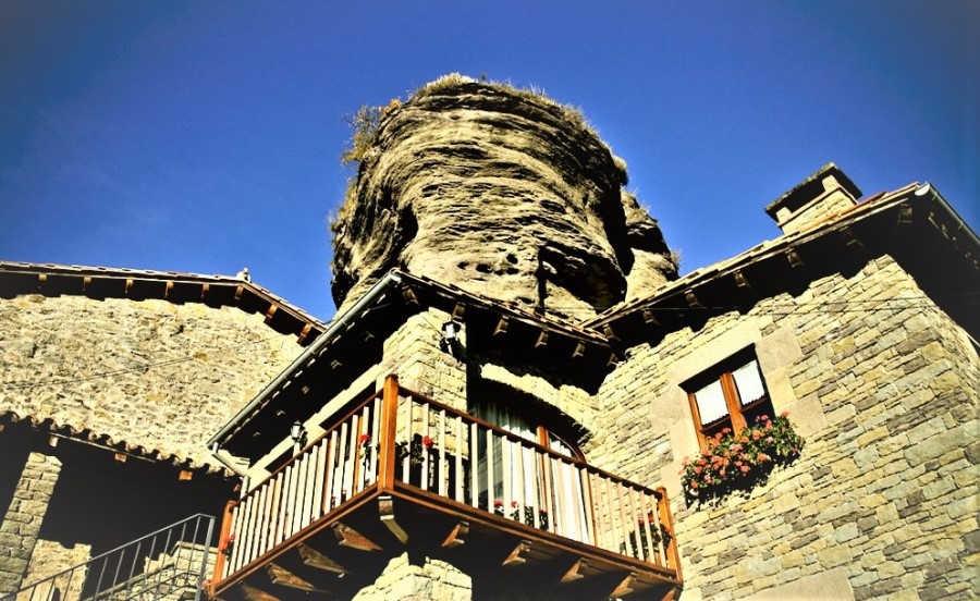 Casa bajo la roca